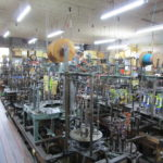 工場内の製紐機(せいちゅうき)